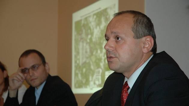 v popředí Vladimír Budinský, mluvčí Severočeských dolů v pozadí Jan Rovenský z Greenpeace