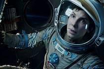 SAMA V KOSMU. Ryan má raději pevnou půdu pod nohama. Jako by tušila, že tahle mise nebude vůbec snadná (Sandra Bullock).