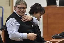 Jana a Jozef Kuciakovi, rodiče zavražděného novináře Jána Kuciaka, sedí v jednací síni specializovaného trestního soudu v Pezinku, kde 13. ledna 2020 začalo hlavní líčení se čtveřicí obviněných v případu vraždy jejich syna a jeho partnerky