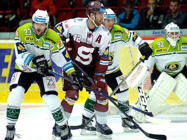 Michal Barinka ze Sparty (uprostřed) se snaží prosadit mezi hokejisty Karlových Varů.