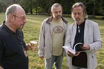 Ian Anderson si prohlíží knihu s kapitolou o sobě.