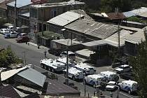 Policejní stanice byla obklíčena policií a z celé okolní čtvrti byla vyloučena doprava.