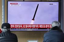Lidé sledují na televizní obrazovce na nádraží v jihokorejském Soulu start severokorejské rakety