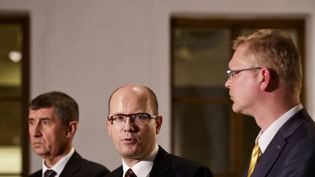 Zleva Andrej Babiš, Bohuslav Sobotka a Pavel Bělobrádek.