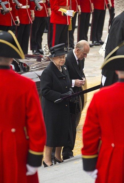 Královna Alžběta II. se zúčastnila posledního rozloučení s bývalou britskou premiérkou Margaret Thatcherovou.