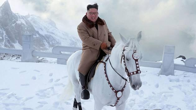 Vůdce KLDR Kim Čong-un na koni zdolává zasněženou posvátnou horu Pektu.