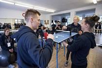Čeští vrcholoví sportovci si v karlovarském hotelu Imperial zahráli i mini ping-pong.