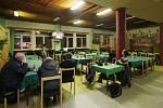 Restaurace v Mostě, kde se natáčel seriál Most a u stolu sedí pán Karel, který byl v komparzu.