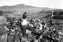 Nagasaki 24. září 1945, šest týdnů po dopadu bomby. Spálený bůžek shlíží z kopce na zničené údolí