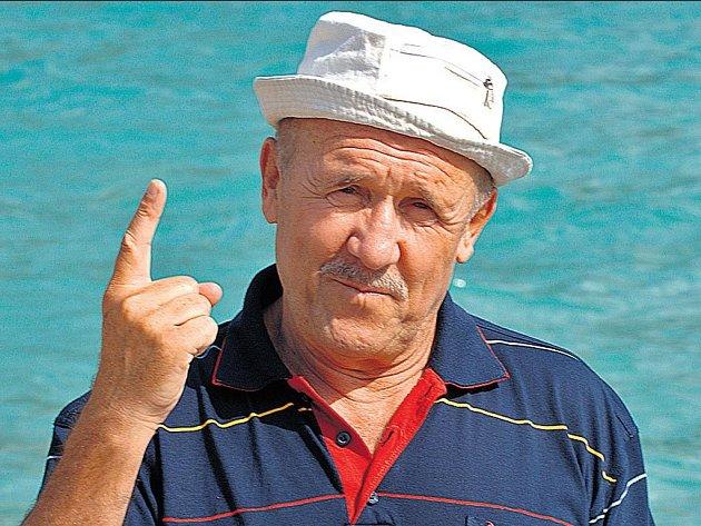 NA CESTÁCH si herec Petr Nárožný užívá rád nejen moře, ale také místní kuchyni.