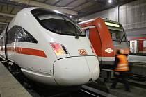 Železničář kráčí mezi vlaky na hlavním nádraží v Mnichově během jednodenní stávky zaměstnanců.