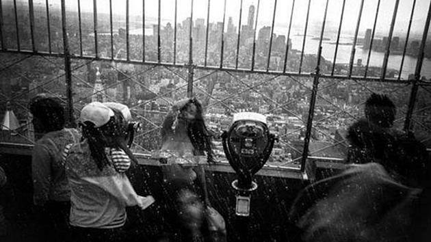 Fotograf Allen Henson a jeho modelka Shelby Carterová udělali nahé fotografie na jednom z nejslavnějších newyorských mrakodrapů - v 86. patře Empire State Building.