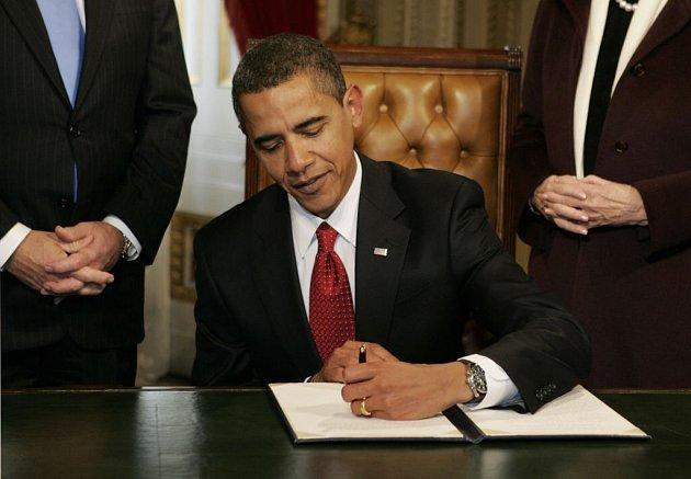 Nový americký prezident neztrácí čas: hned druhý pracovní den ve své funkci nařídil Barack Obama zavřít internační zařízení na Guantánamu. Potřebný dekret podepsal ve čtvrtek.