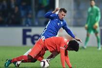 Liberecký Zdeněk Folprecht (v modrém) v souboji s Carlosrm Sánchezem z Fiorentiny.