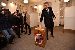 Andrej Babiš ve volební místnosti