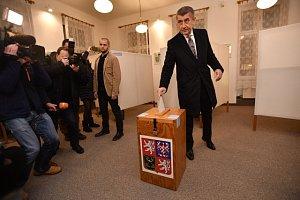 K volebním urnám již dorazili i politici a kandidáti