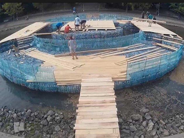 23 metrů dlouhý most postavený z více než 157.000 nasbíraných plastikových lahví stojí v rumunském Temešváru.