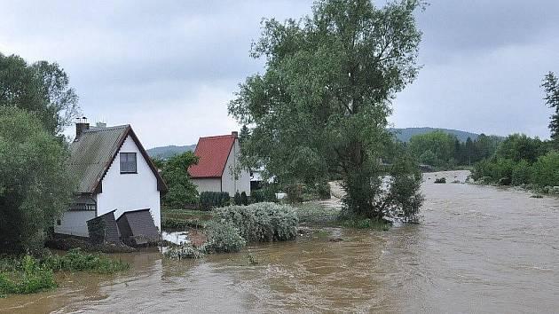 Česko zasáhly ničivé povodně. Voda si na Jesenicku v neděli vyžádala další krutou daň. Obětí je muž z Vlčic.