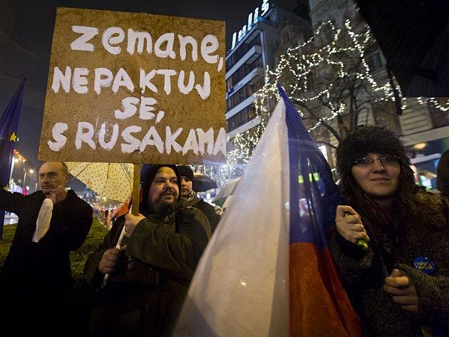"""Protestní pochod požadující odstoupení prezidenta Miloše Zemana nazvaný """"Sto tisíc podpisů z Václaváku na Hrad"""" se konal 1. prosince v Praze."""