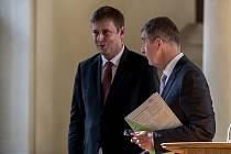 Tomáš Petříček (vlevo) byl jmenován ministrem zahraničních věcí. Vpravo Andrej Babiš.