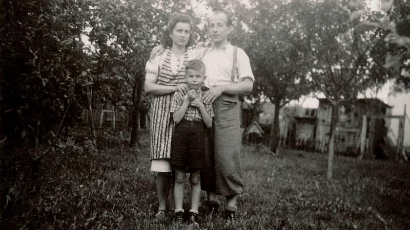 První setkání s otcem po válce v roce 1945.