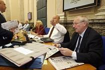 Schůze vlády České republiky. Na snímku ministr financií Janota, v pozadí vnitra Pecina.