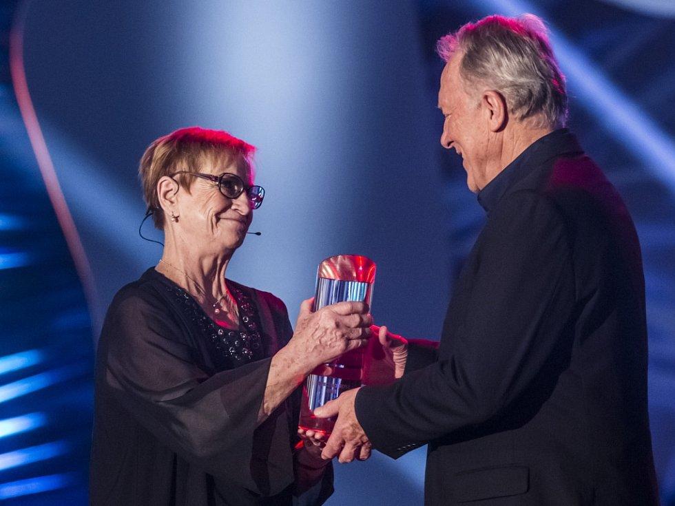 Věra Čáslavská předává Jiřímu Holíkovi cenu pro Sportovní legendu.