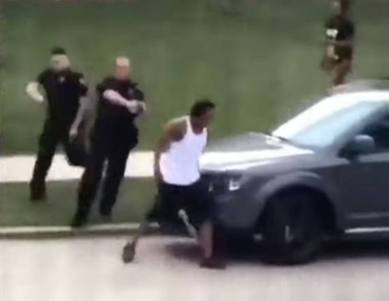 Jacob Blake byl zasažen policií poté, co se otočil k policistům zády a utíkal do auta