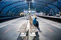 Pohled na téměř prázdné nástupiště hlavního vlakového nádraží v Berlíně, 23. srpna 2021