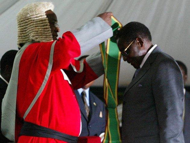 Robert Mugabe je dekorován prezidentskou šerpou.