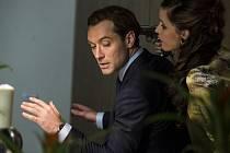 ŠPION. Jude Lawa si divačky komedie Paula Feiga moc neužijí, scenárista mu dal jen prvních dvacet minut...