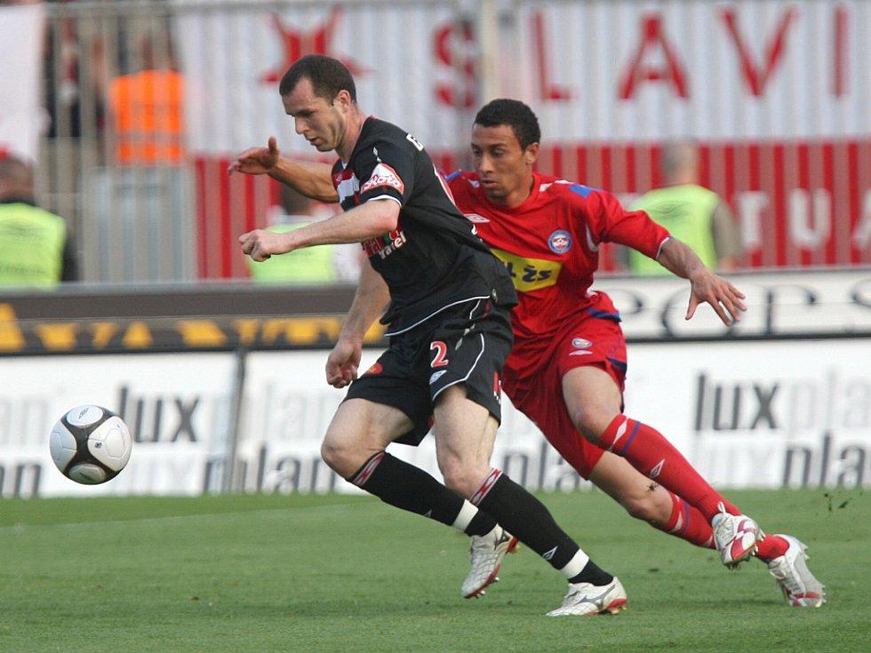 František Dřížďal ještě v dresu Slavie (vlevo) bojuje o míč se záložníkem Brna Eltonem Lirou. Teď už je hráčem právě tohoto moravského klubu.