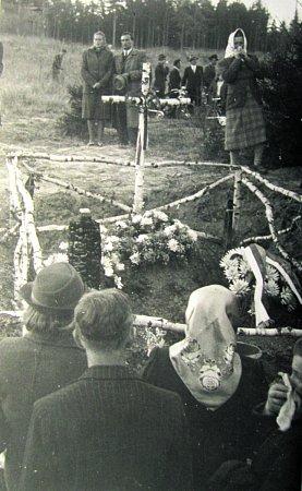 PIETA. Zákřovský žalov vroce 1945vlese uKyjanic. Na tomto místě byli muži zavražděni a spáleni.
