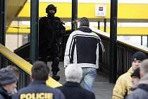 V dopoledních hodinách byla přepadena Komerční banka na Novodvorské ulici. Případ přijela vyřešit URNA a zásahová jednotka Policie ČR