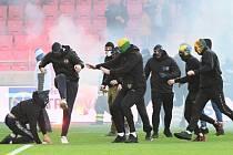 Šlágr Trnavy se Slovanem přerušili fotbaloví chuligáni.