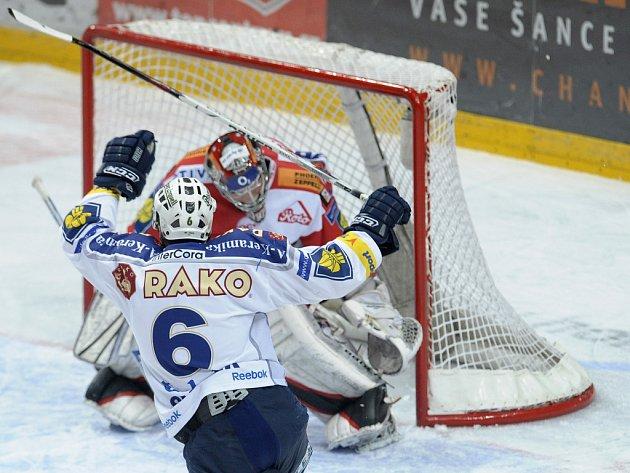 Plzeňský Peter Smrek se raduje z prvního gólu v síti Slávie. Branku pražského celku hájil Stanislava Neruda.
