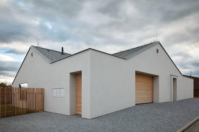 Objekt s netradičně zaobleným rohem místo plotu, který za svou zdí ukrývá soukromé atrium. Interiér je pak stejně minimalistický jako exteriér.