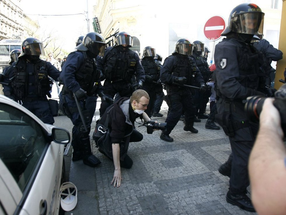 Ke střetu mezi příslušníky zásahové jednotky Policie ČR a anarchisty došlo 1. května ve Vítězné ulici v Praze. Zasahující policisté srazili i jednoho fotoreportéra.