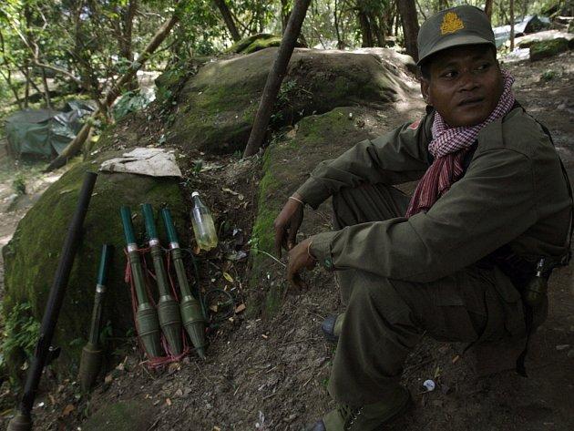 Thajský voják připravený u hranice s Kambodžou.