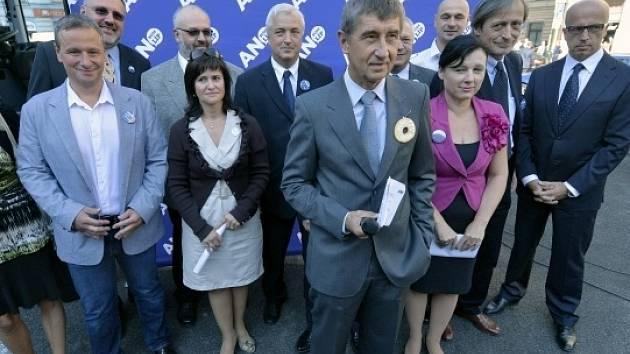 Podnikatel Andrej Babiš (v popředí uprostřed) zahájil 6. září v Praze předvolební kampaň svého politického hnutí ANO a zároveň zveřejnil volební program.