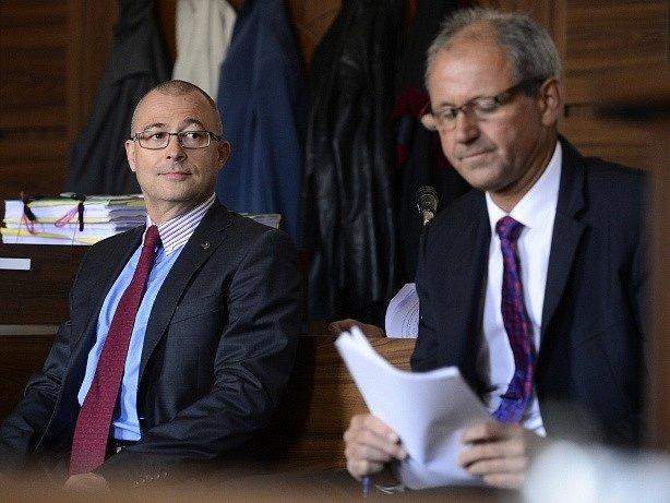 Exministr obrany Martin Barták (vlevo) a zbrojař Michal Smrž (vpravo) u pražského městského soudu.