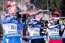 Biatlonista Michal Šlesingr (vlevo) ve štafetě SP v Ruhpoldingu.