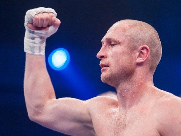 Boxer Lukáš Konečný si vychutnává pocit vítězství. V utkání o titul profesionálního mistra Evropy organizace WBO ve střední váze jednoznačně porazil Moeze Fhimu.