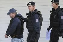 Policie přivádí 19. října k Okresnímu soudu ve Zlíně jednatele Likérky Drak z Chvalčova na Kroměřížsku Pavla Čanigu (vlevo).