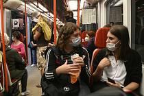 Cestující v pražském metru s rouškami proti koronaviru na snímku z 21. září 2020
