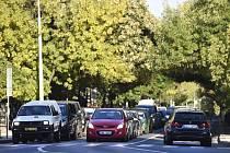 Automobily na silnici, doprava ve městě - ilustrační foto