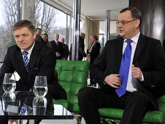 Slovenský premiér Robert Fico (vlevo) a jeho český protějšek Petr Nečas v brněnské vile Tugendhat, kde byli 1. ledna hosty diskusního pořadu České televize Otázky Václava Moravce Speciál.
