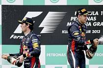 Mezi jezdci Red Bullu Markem Webberem (vlevo) a Sebastianem Vettelem panuje po dramatické GP Malajsie napětí.
