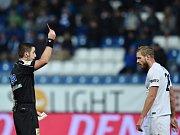 Hlavní rozhodčí Martin Nenadál dává červenou kartu Vlastimilu Daníčkovi ze Slovácka.