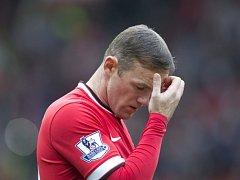 Z hrdiny psancem. Kapitán Manchesteru United Wayne Rooney si po hloupém faulu v zápase s West Hamem rozhněval fanoušky.